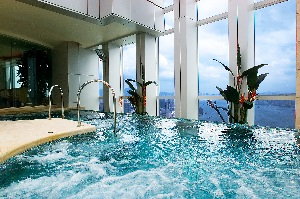 Jacuzzi 3-Bedroom Apartment  Sq.ft. Four Seasons Place Hong Kong