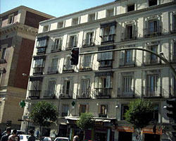 The Apartment Barcelo Tribunal with capacity up to four people is located in the centre of Madrid, just at the Plaza de Barcelo, next to lively Chueca and Malasaña areas. The apartment has been recen