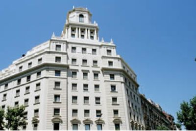 The apartment is in a very stylish building just a few minutes walk from the central hub of Barcelona - Plaza Catalunya. The apartment has wooden flooring throughout. There is a large living and dinin