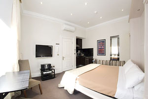These London serviced apartments, a luxurious late Georgian building has all the charm of a period-house combined with modern elegance, assorted with the best comforts and up to date conveniences.  Fr