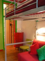This colourful apartment is at the ground floor of a renewed 18thC building, has 35m2 and has been entirely renovated and remodelled to include: - A bedroom with double bed (140 cm) - A living room wi
