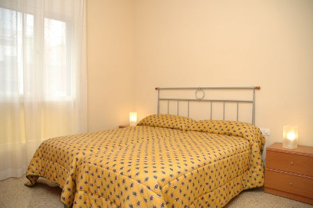 Comfortable flats of 55 square metres located in the same building, very near Sagrada Familia and Parc Guell. This  two-bedroom serviced apartment is 50 sq.m ,  and can sleep 3 people maximum.  The ap