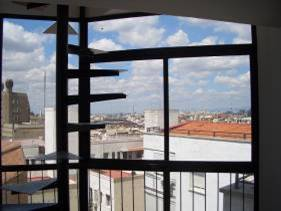 Excellent new remoled building. Mon-Friday includes porter. Excellent furnished penthouse in the heart of Madrid. Brand new. Best in class furniture. 70 m2 of apartment + 30m2 of terrace. Best qualiti