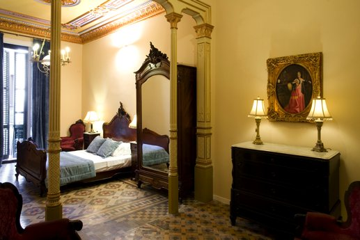 The apartment has history itself, as it used to belong in the past to famous people from  the high society in the modernist époque in Barcelona and you can feel that in every corner. A famous artist