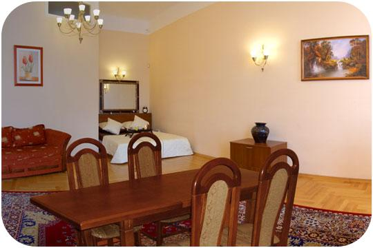 Traditional town house in the city center at the foot of Wawel hill with the Royal Castle, between the Old Town and Kazimierz quarter which is very popular among tourists. This  three-bedroom furnishe