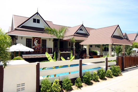 Baan Rim-Sat is a three-bedroom pool villa within a peaceful estate just 4km from Jomtien Beach. It has a modern Asian design merged with a classy environment. This has a private swimming pool which i