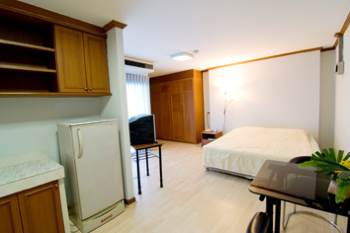 BaanRim Sathorn is in Sathorn Soi 13 Yeak 6, ten minutes walk from Surasak BTS. Rental of a studio rooms of 32 and 34 sqm starts at 9,000 a month. This include twice a week cleaning service, and chang