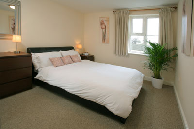 These spacious highly rated 1 and 2 bedroom apartments are decorated and furnished to a particularly high standard. Each has a large sitting/dinning room, some with a balcony offering city views, and