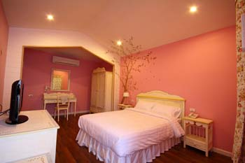 Oberry Resort is a European Country style gateway located in the center of bangkok. Set in a beatiful English garden, Oberry Resort offers a cozy, well-appointed to place to relax with a staff that is