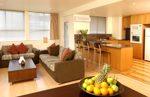 These Melbourne serviced apartments have a selection of spacious two and three bedroom apartments as well as an indoor heated lap pool, spa, sauna and gymnasium. Great for families or groups. This  th