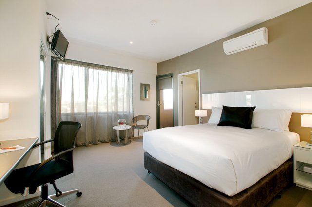 If you like staying in luxury apartment hotel then you can consider a stay at the Oakleigh accommodation that is a branch of the popular Putnim brand. There is an onsite gym and spa to keep you fit an