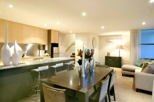 The five level property on Wellington Parade South offers 20 one and two bedroom apartments, including two split-level executive suites. All apartments feature separate living and dining areas and ful