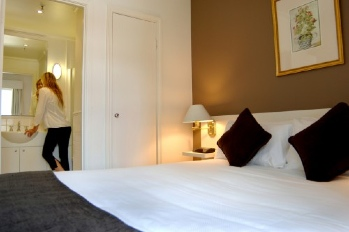 These Melbourne serviced apartments are conveniently located in the Melbourne CBD close to Parliament Station. Allowing easy access to the Bourke Street Mall, Chinatown, Queen Victoria Markets, The MC
