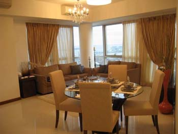 Raffles Serviced Residence offer high quality apartments at the Raffles Place / Marina Bay in Singapore.  This  three-bedroom serviced apartment is 1,300 sq.m ,  and can sleep 6 people maximum.  The a