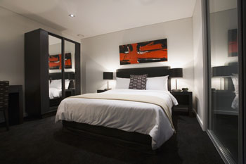 Modern secured high rise hotel apartment complex located in Auckland Water front area. This  studio serviced apartment is 46 sq.m ,  and can sleep 2 people maximum.  The apartment has 1 bathroom. The
